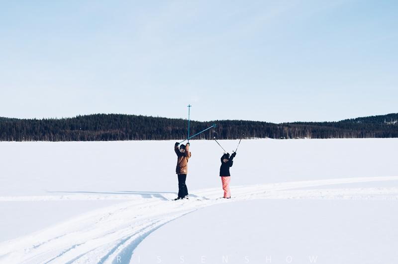 lapset hiihtämässä