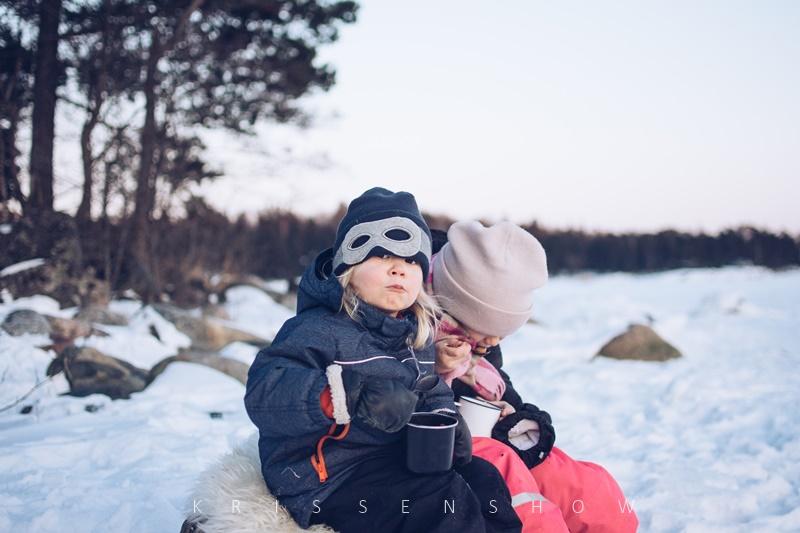 piknik merenrannassa talvella