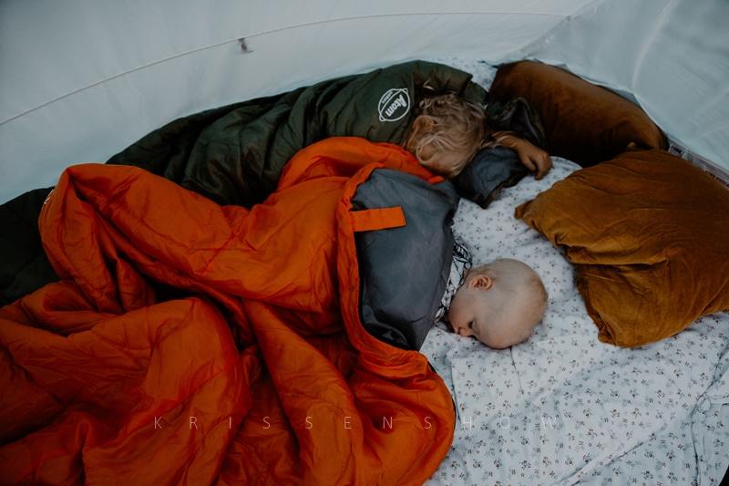 2 lapset teltassa